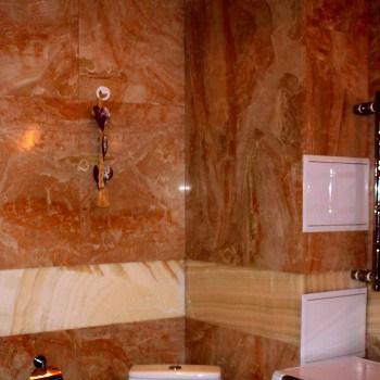 Пример оформления стен мраморной плиткой