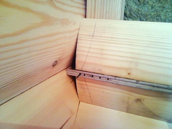 В угловой части делаем зарезы для стыковки панелей