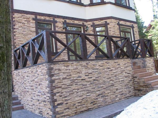 Фасад здания с каменной отделкой оконных проемов