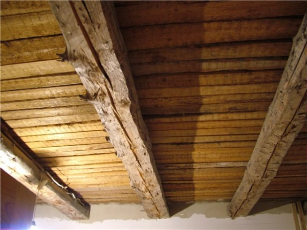 Потолок в деревянном доме, уже подготовленный дл отделки