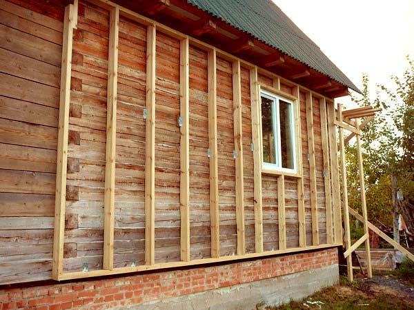 Установка материала при помощи деревянных брусьев