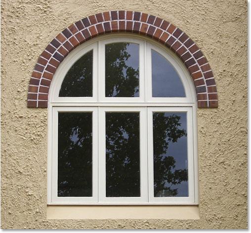 Арочное окно в кирпичном обрамлении