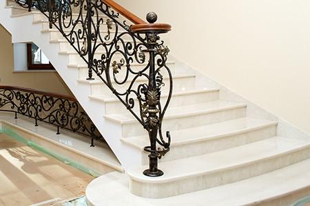 Мраморная лестница облицовка светлым материалом