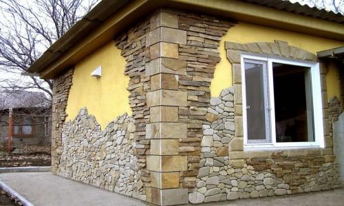 На фасадах использован разный материал для облицовки зданий
