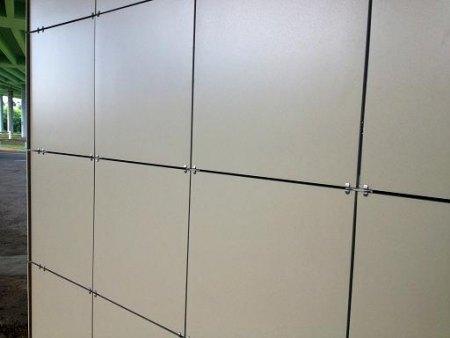 На фото видны элементы крепления керамогранитных плит