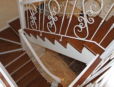 Облицовка металлических лестниц деревом