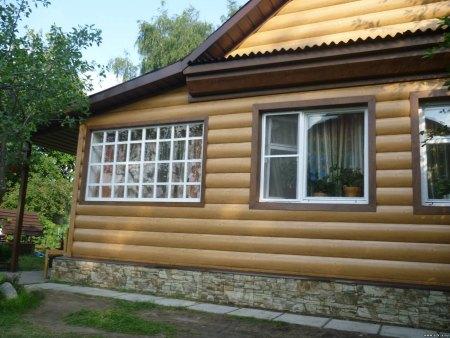 Отделанный сайдингом дом трудно отличить от бревенчатого