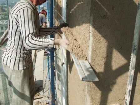 Штукатурка осуществляется по «маякам», а при необходимости нанесения толстого слоя используется армирующая сетка