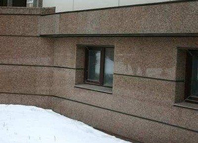Внешне облицовка фасада здания плитами из керамогранита выглядит не хуже, чем отделка натуральным камнем