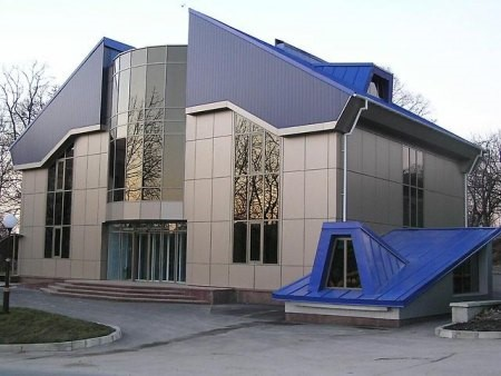 Облицовка фасада здания композитными панелями придает ему ультрасовременный вид