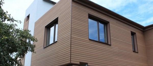 Фасад, отделанный древесно-полимерными панелями