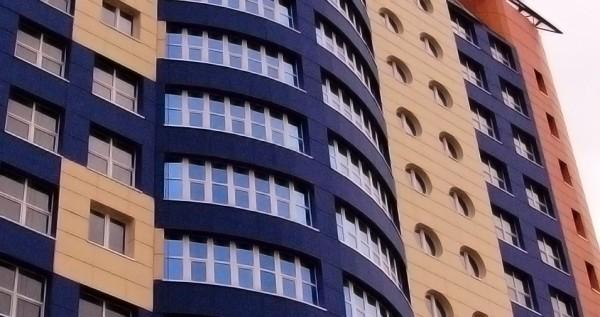 Фиброцементные панели используют для облицовки частных загородных и высотных домов, общественных и производственных зданий