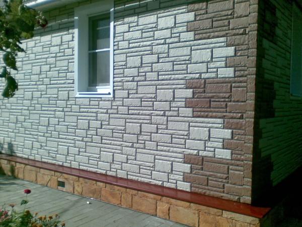 Фото дома, отделанного виниловыми панелями под камень