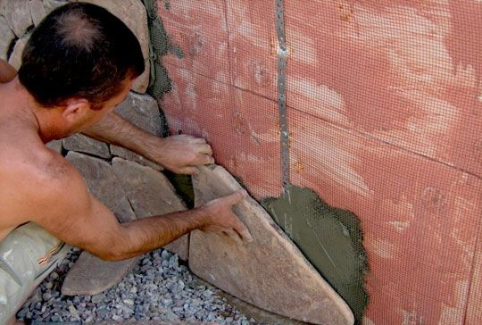 К основанию перед монтажом камня крепится специальная сетка
