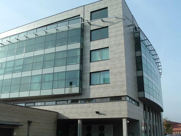 Облицовка офисного здания: стеклоблоки и фасадный камень