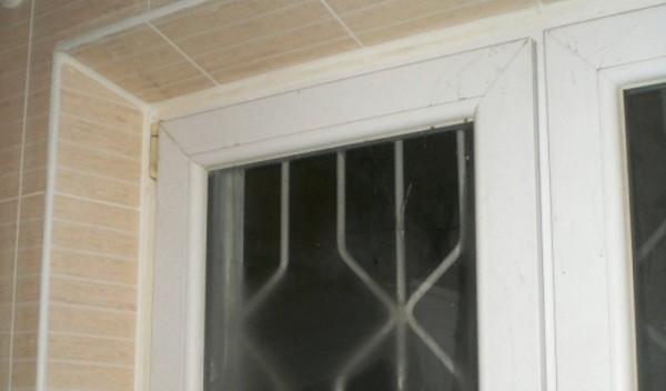 Облицовочная плитка на окнах выглядит эффектно и аккуратно
