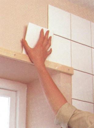 Планка будет служить уровнем и опорой для ряда целых плиток над окном