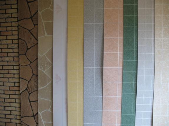 Такие листовые панели могут иметь покрытие, имитирующее и другие материалы – камень, кирпич, дерево