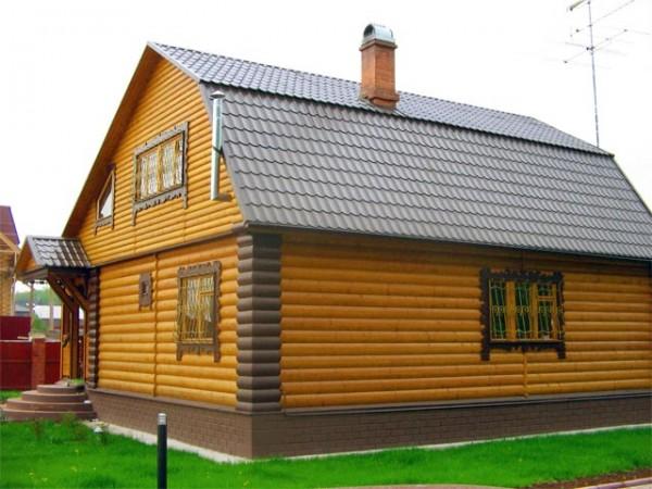 В дизайне дома, отделанного блок-хаусом, органично смотрятся резные наличники