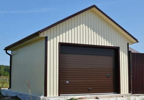 В отделке гаража использована облицовка фасада профлистом