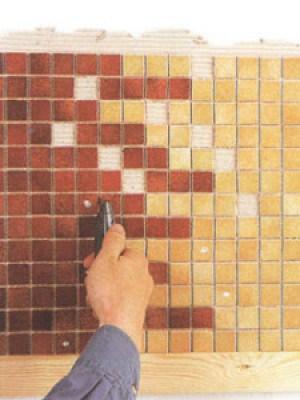 Если хотите поменять мозаику местами внутри плитки, вырезать элементы лучше после наклеивания, пока не схватился клей