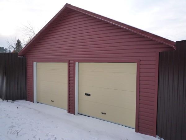 Фасад гаража, облицованный сайдингом