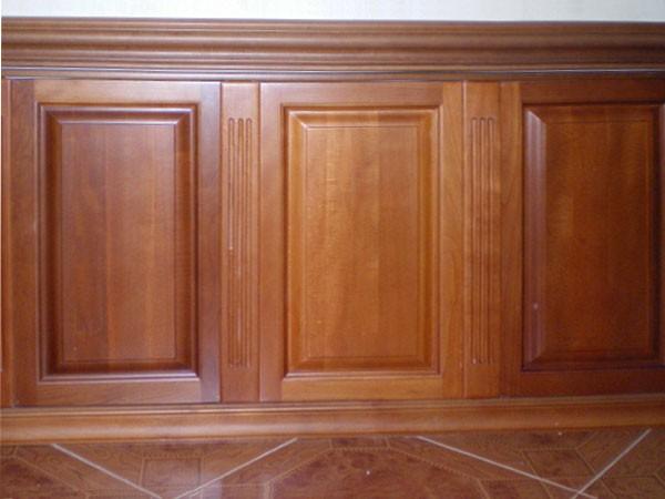 Филенчатыми панелями часто отделывают только нижнюю часть стены
