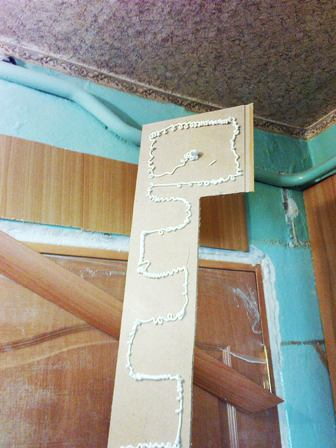 Клей наносится на панель не сплошным слоем, а так, как показано на картинке