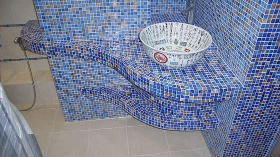 Нестандартные формы проще облицевать не обычной, а мозаичной плиткой