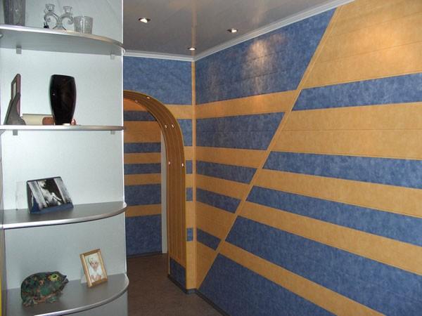 Облицовка стен МДФ панелями может вестись в любом направлении. Сам монтаж при этом не усложняется