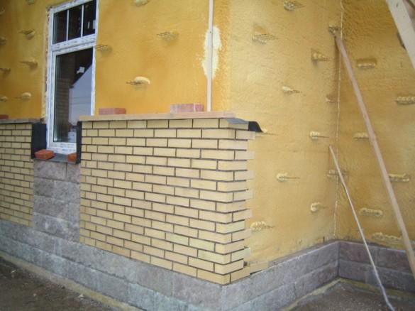 Анкерованная и утеплённая стена, подготовленная к облицовке кирпичом