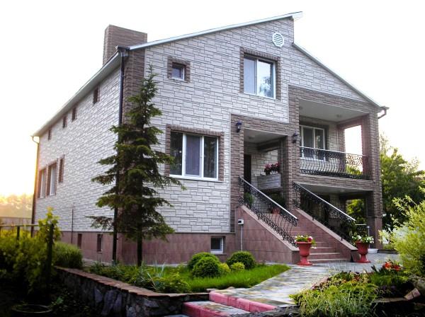 Дом, облицованный термопанелями под камень