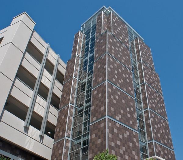 Керамическая облицовка фасада многоэтажного здания