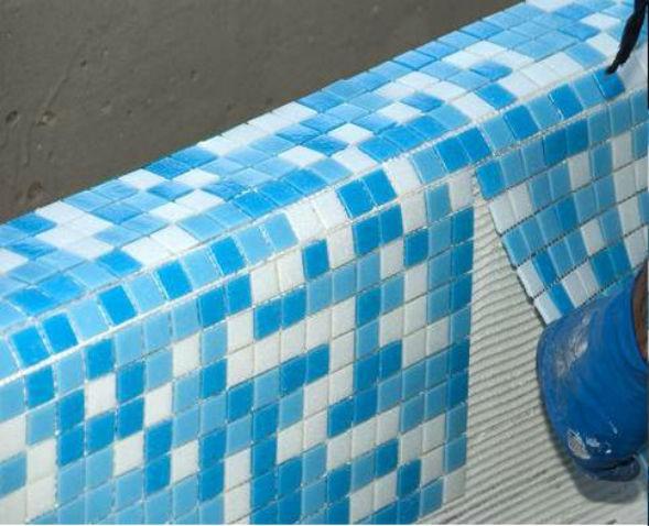 На фото – процесс облицовки стенок целыми листами мозаики