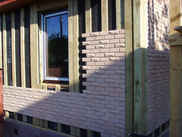 Облицовка деревянного фасада бетонной плиткой под кирпич