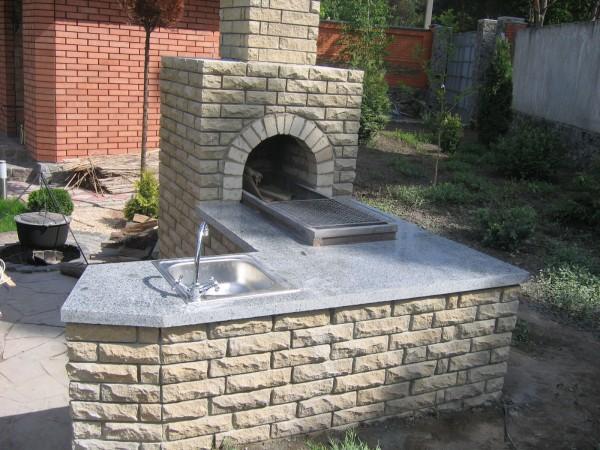 Облицовывать плиткой можно и уличные камины и печи