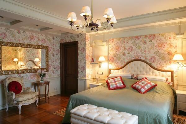 Белые деревянные панели в спальной комнате