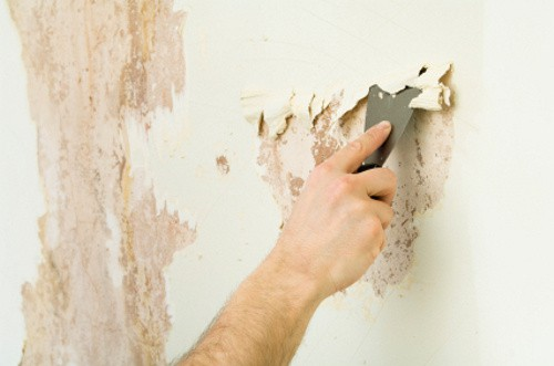 Если грунтовка легко отслаивается, покрытие на стене держаться не будет