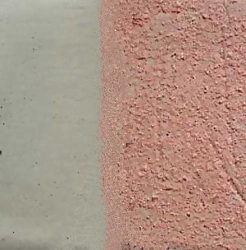Гладкие поверхности под штукатурку лучше всего обрабатывать грунтовкой с кварцевым песком, придающим её шероховатость