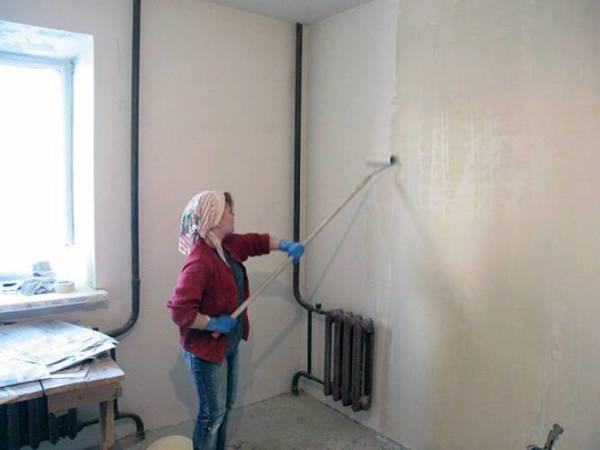 На загрунтованную поверхность лучше ложится краска, обойный и плиточный клей