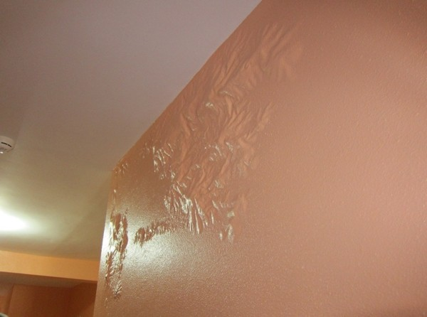 Почему отслоилась краска на стене