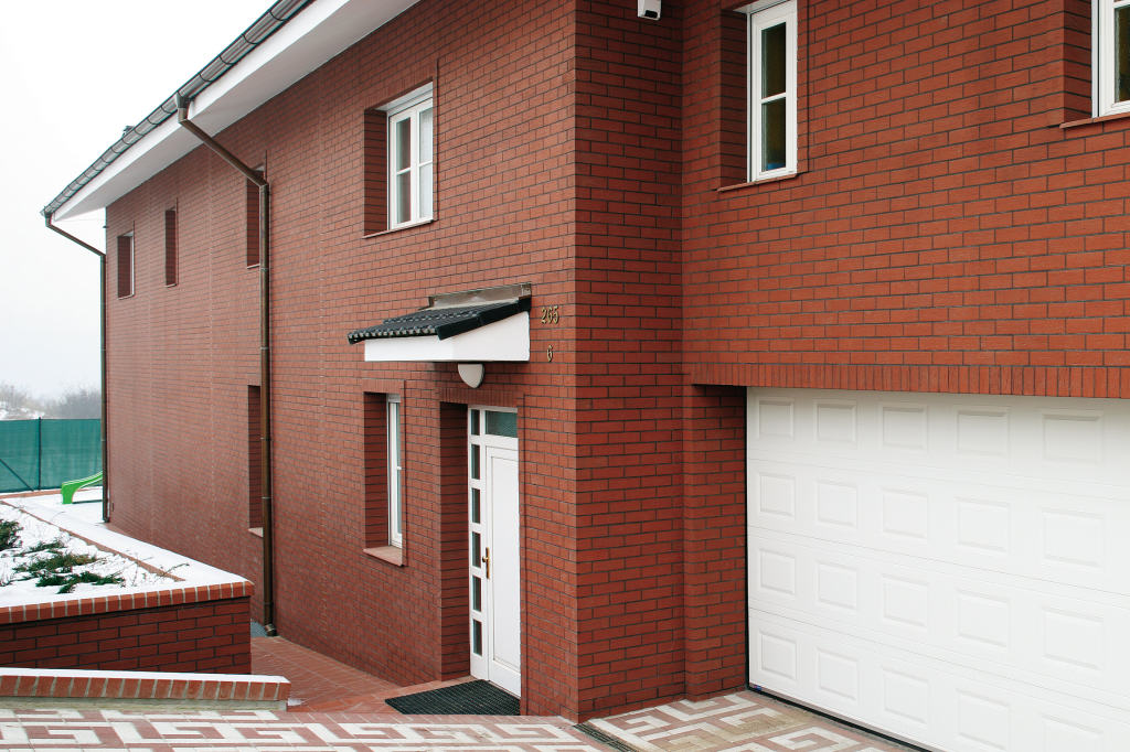 Фасад дома, облицованный плиткой под кирпич