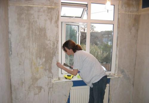 Качественная поверхность – большая редкость для бетона, поэтому чаще его все же приходится шпаклевать