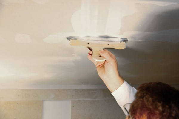 На фото – момент заделки швов на потолке