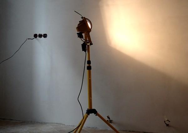 Не обязательно использовать прожектор, можно взять обычный фонарик