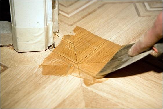 Паркетная шпаклевка используется для заделки щелей и защиты поверхности