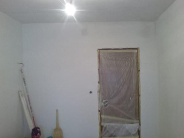 При такой белизне стен, как на фото, их не страшно оклеивать даже тонкослойными светлыми обоями