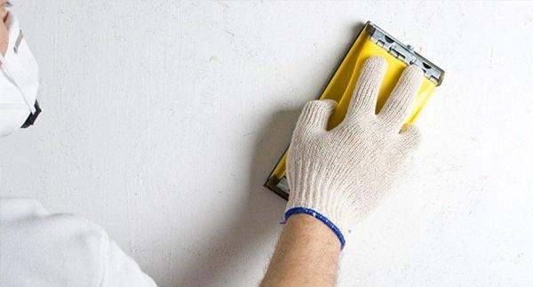 Шлифовка стен после шпаклевки позволяет создать идеально гладкую поверхность