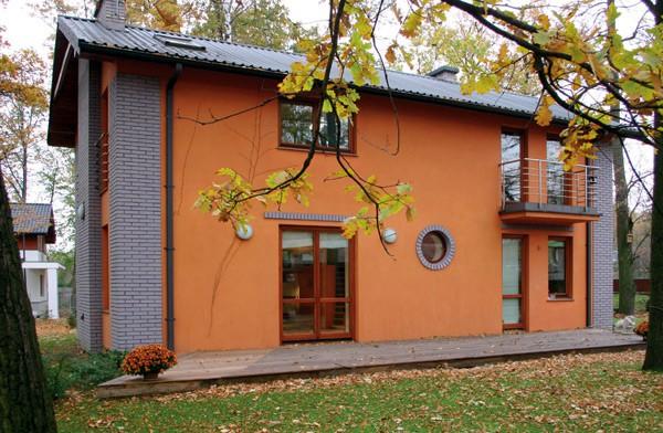 Фасадная шпатлевка отлично комбинируется с другими видами отделки