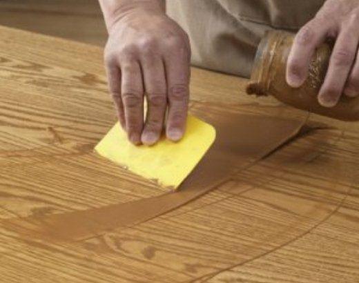 Выбирать шпаклевку по цвету лучше всего с образцом древесины в руках, а не по её названию или по фото изделия